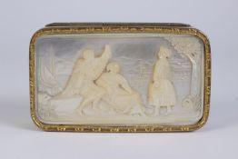 Caja en plata vermeil con representación de escena costumbrista en nácar.