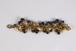 Pulsera en metal dorado con motivos circulares labrados, perlas cultivadas y cristales esféricos de