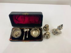 Boxed silver hallmarked salts set with spoons, total approximate weight 135g