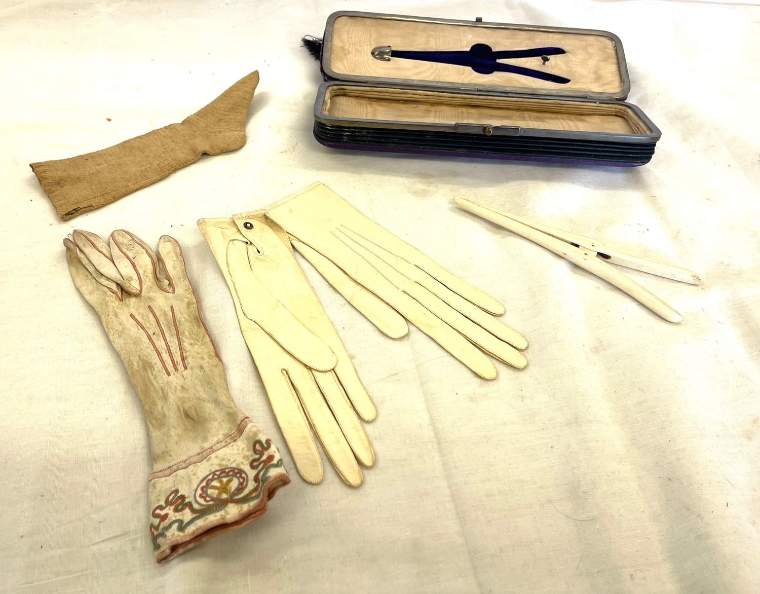 Antique concertina cased set of gloves and glove stretchers - Image 4 of 4