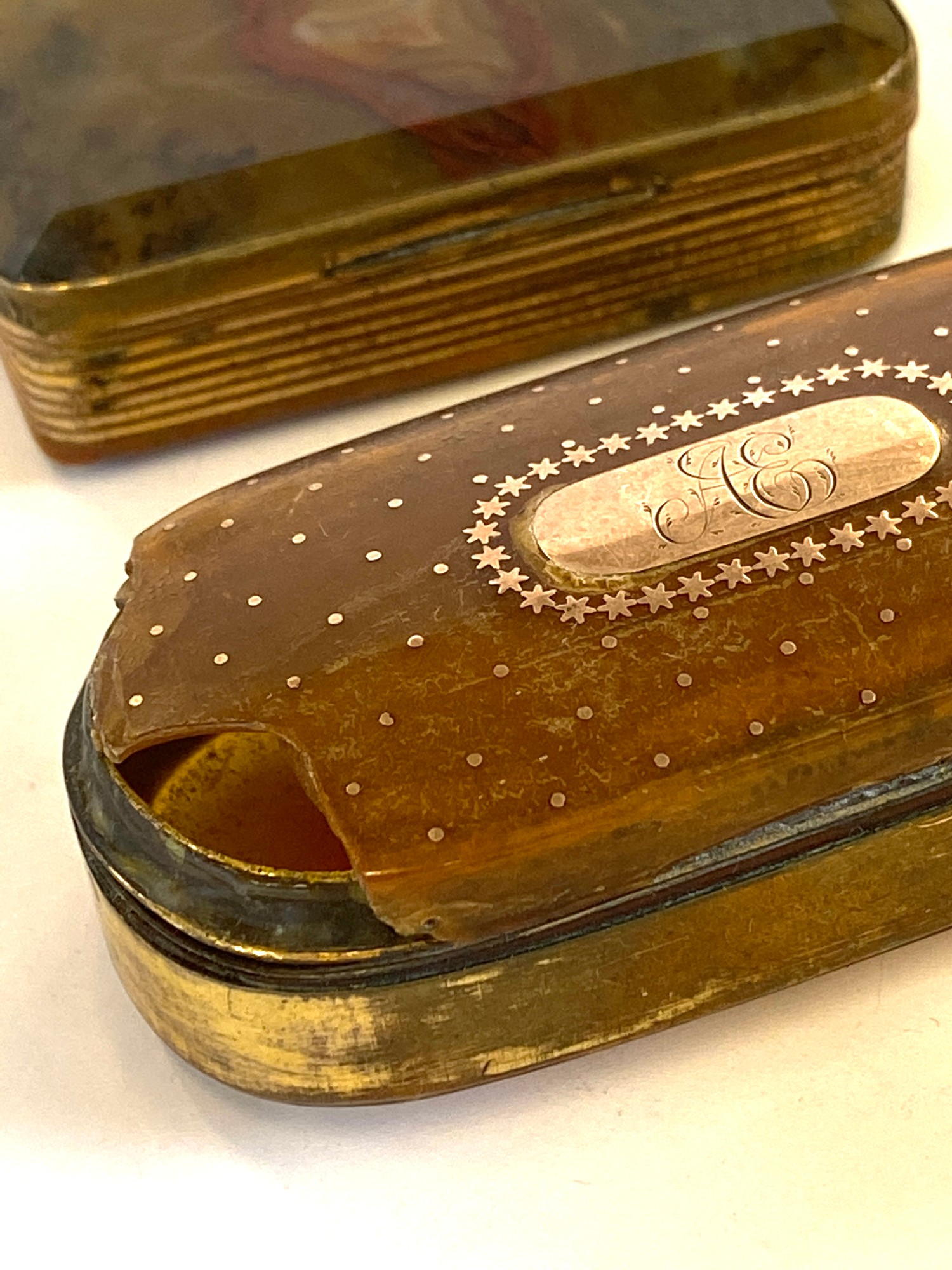 2 Antique snuff boxed gold a pique ware with damage, and one moss agate - Image 2 of 3