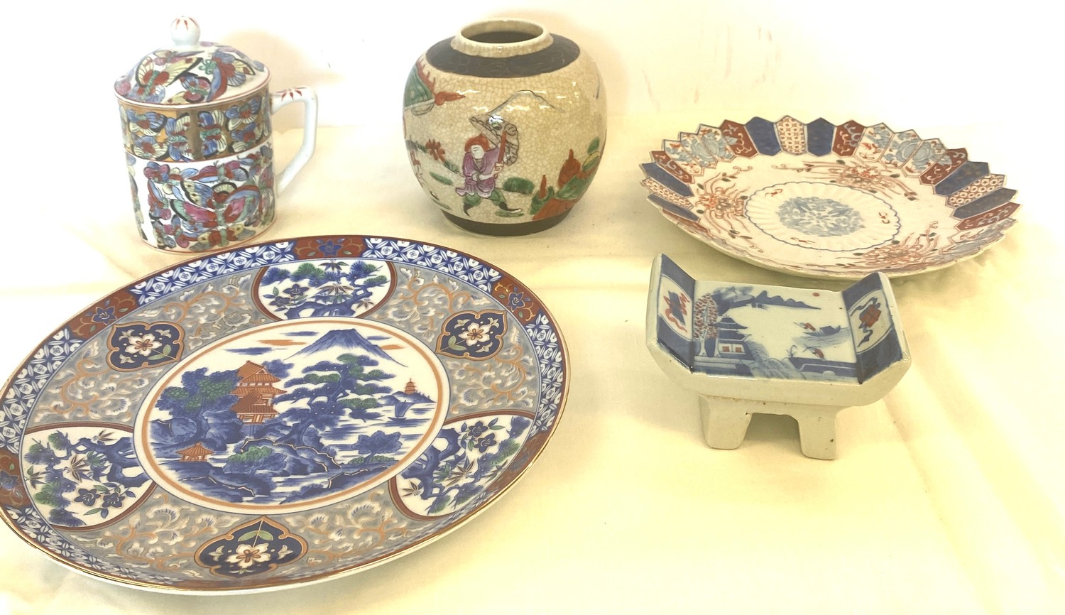 Selection of oriental pottery items
