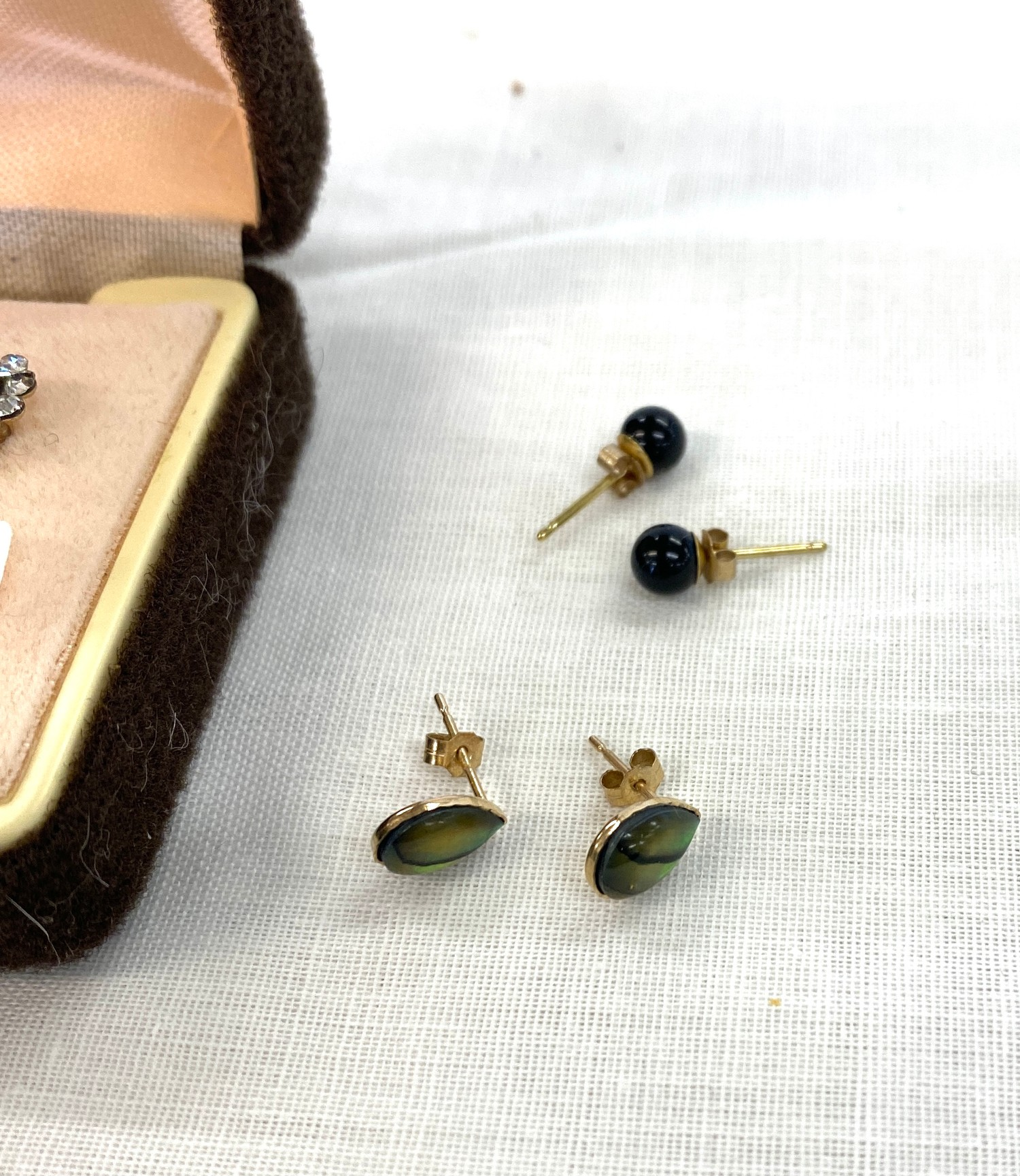 3 Pairs of 9ct earrings - Image 2 of 2