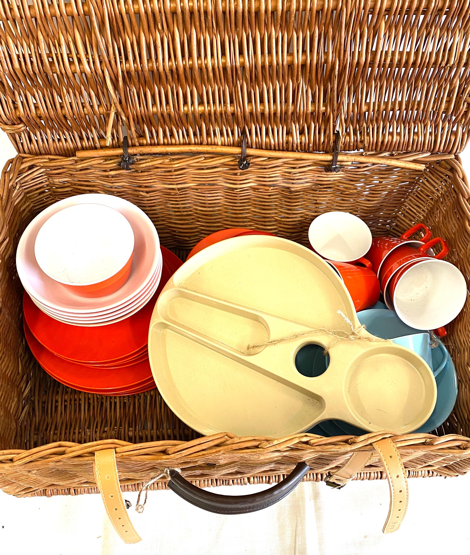 Wicker picnic basket with contents - Image 2 of 5