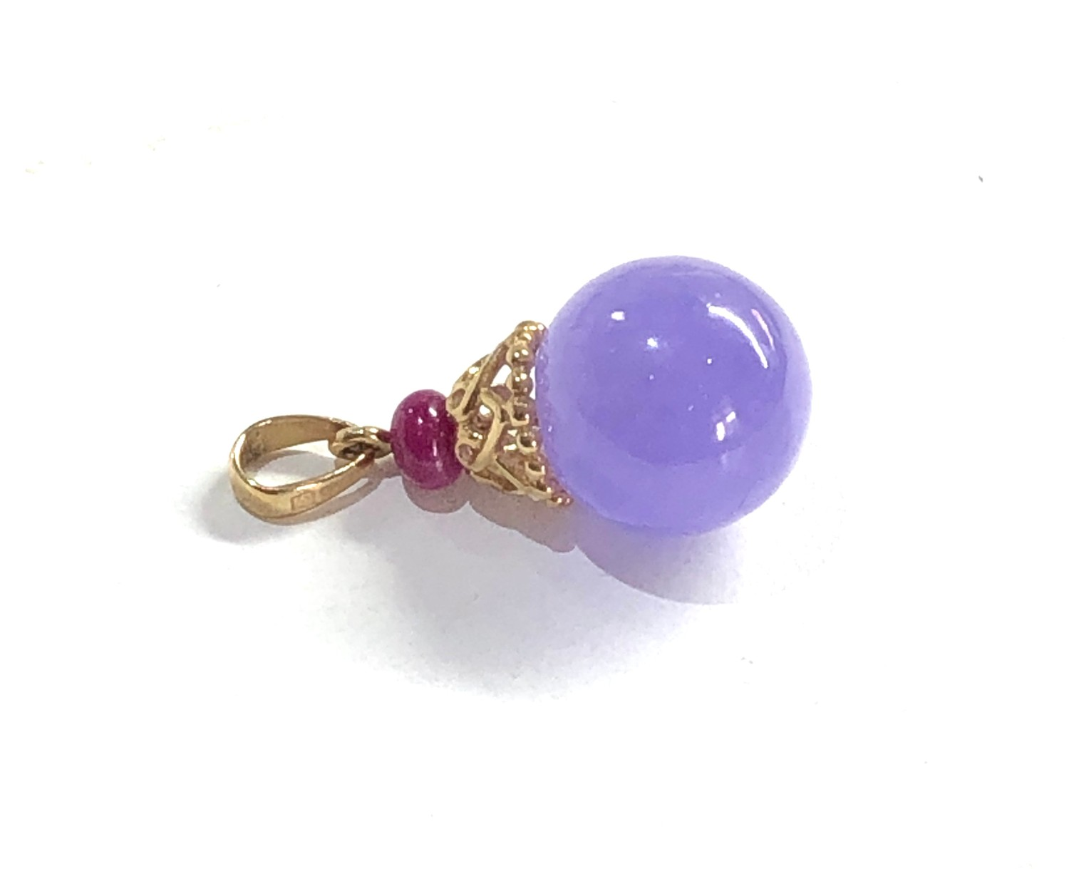 9ct gold lilac jade and ruby pendant measures approx 2.3cm drop weight 3g