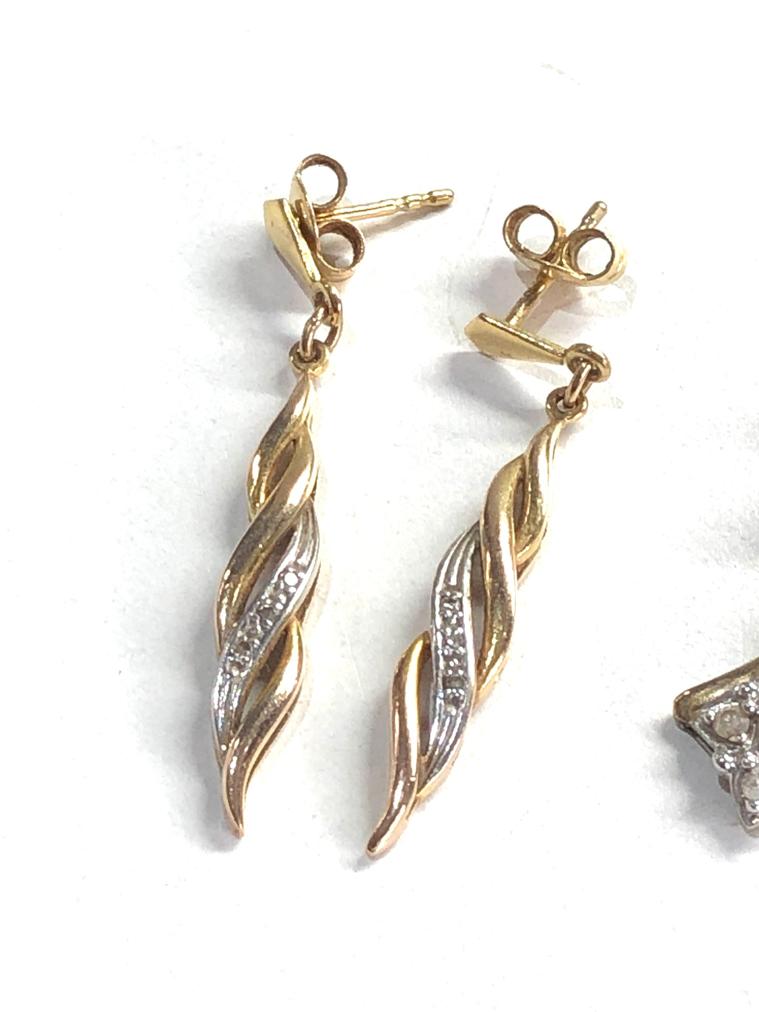 2 x 9ct Gold drop earrings w/ diamond detail 4.9g - Image 2 of 3