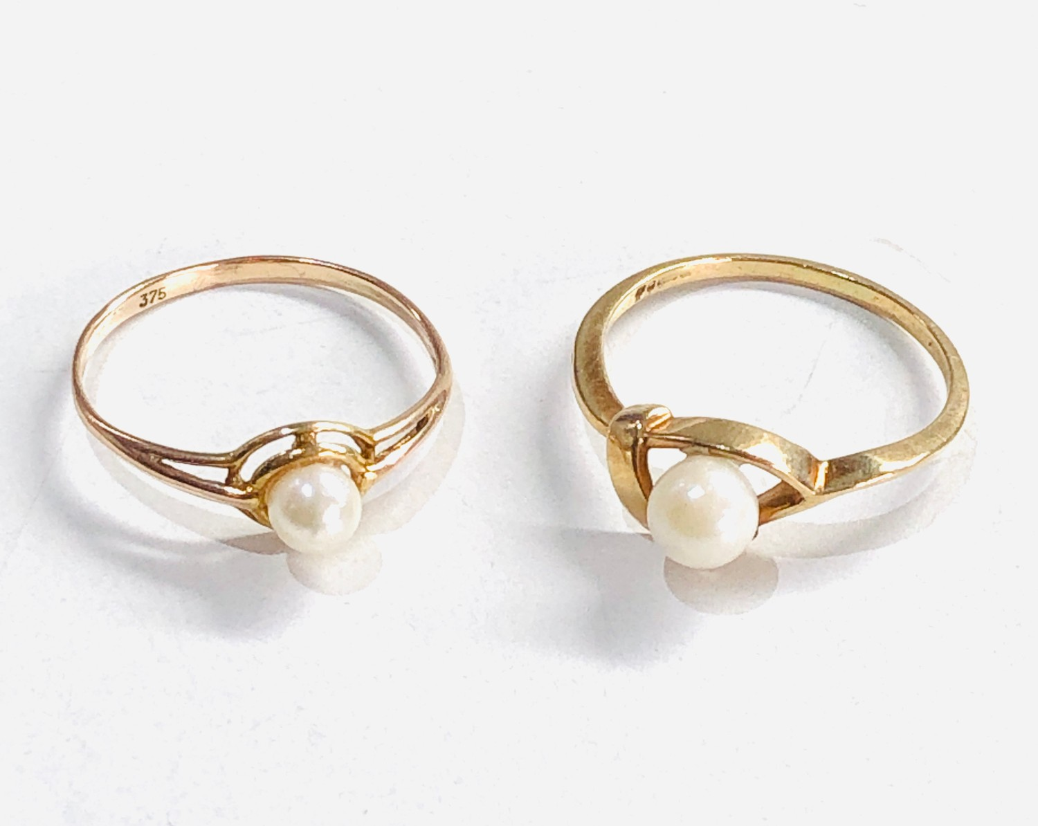 2 x 9ct gold pearl rings 1.8g