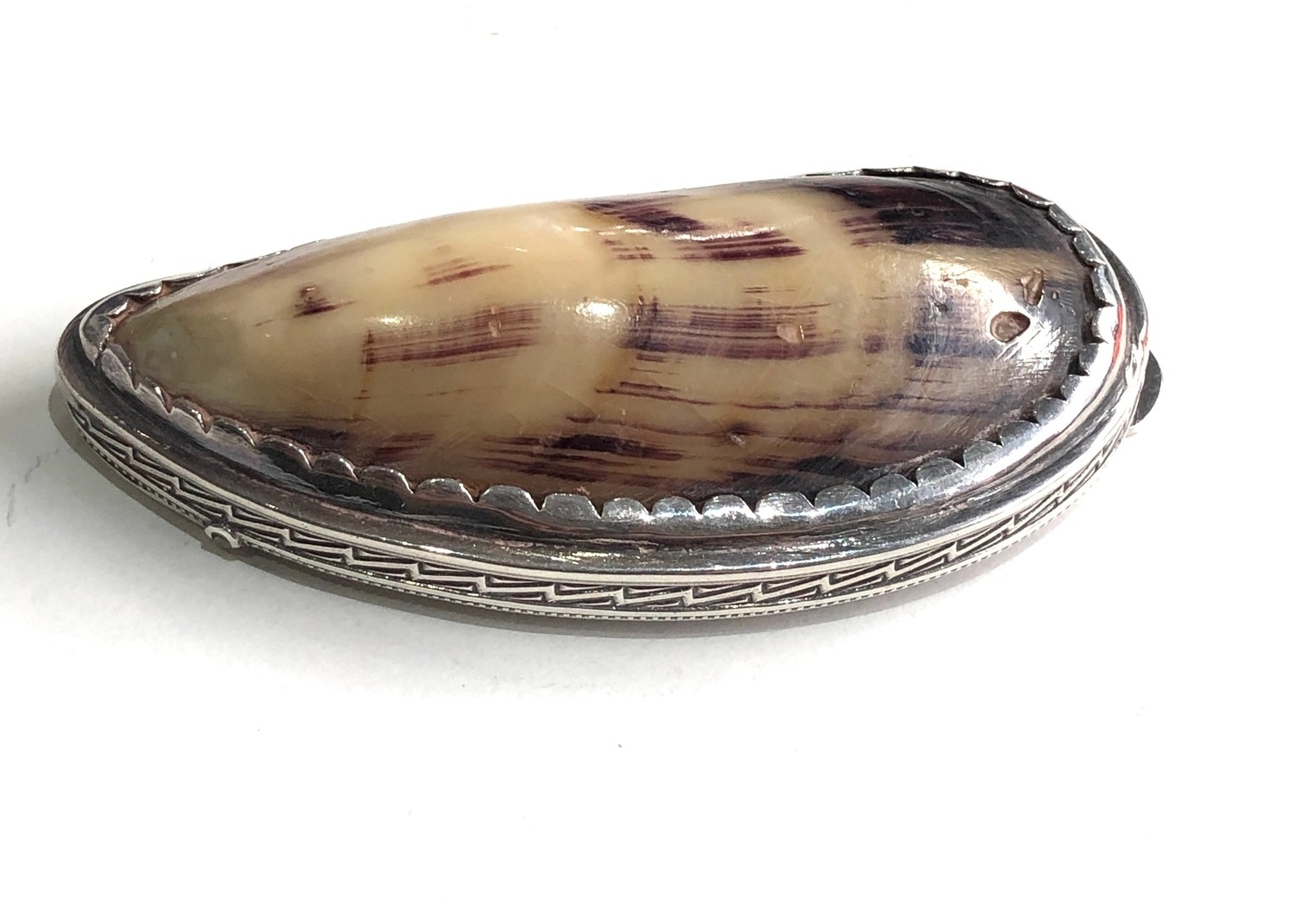 Antique silver and shell snuff box measures approx 8.3cm by 4cm xrt as silver no hallmarks - Image 3 of 6