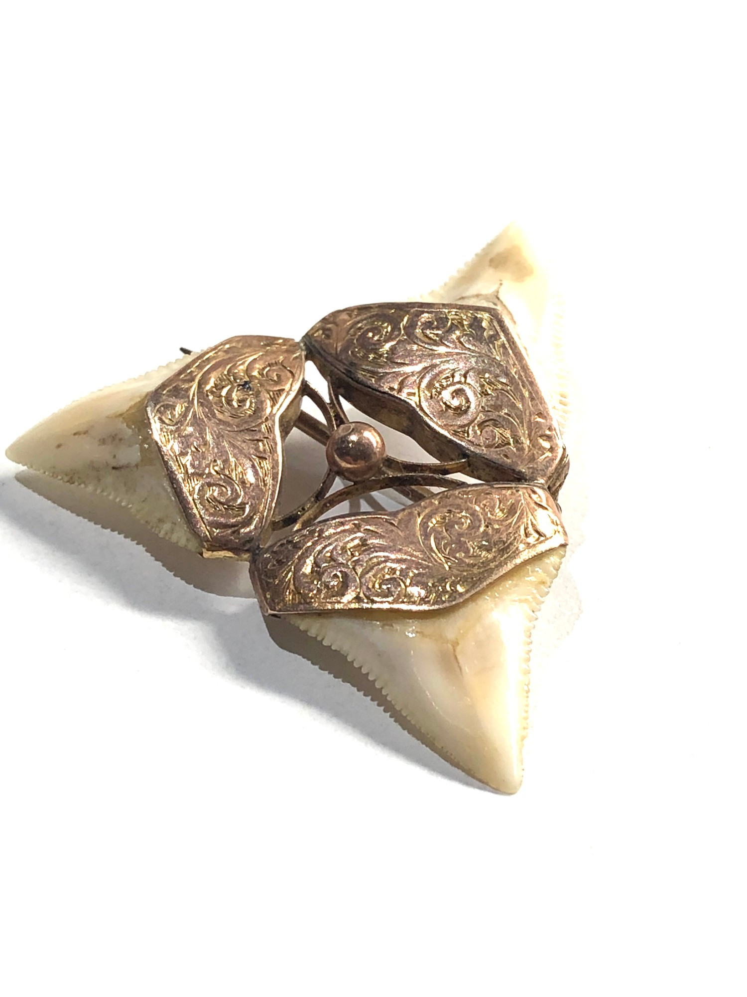 9ct Gold ornate detail shark tooth brooch - Image 2 of 3