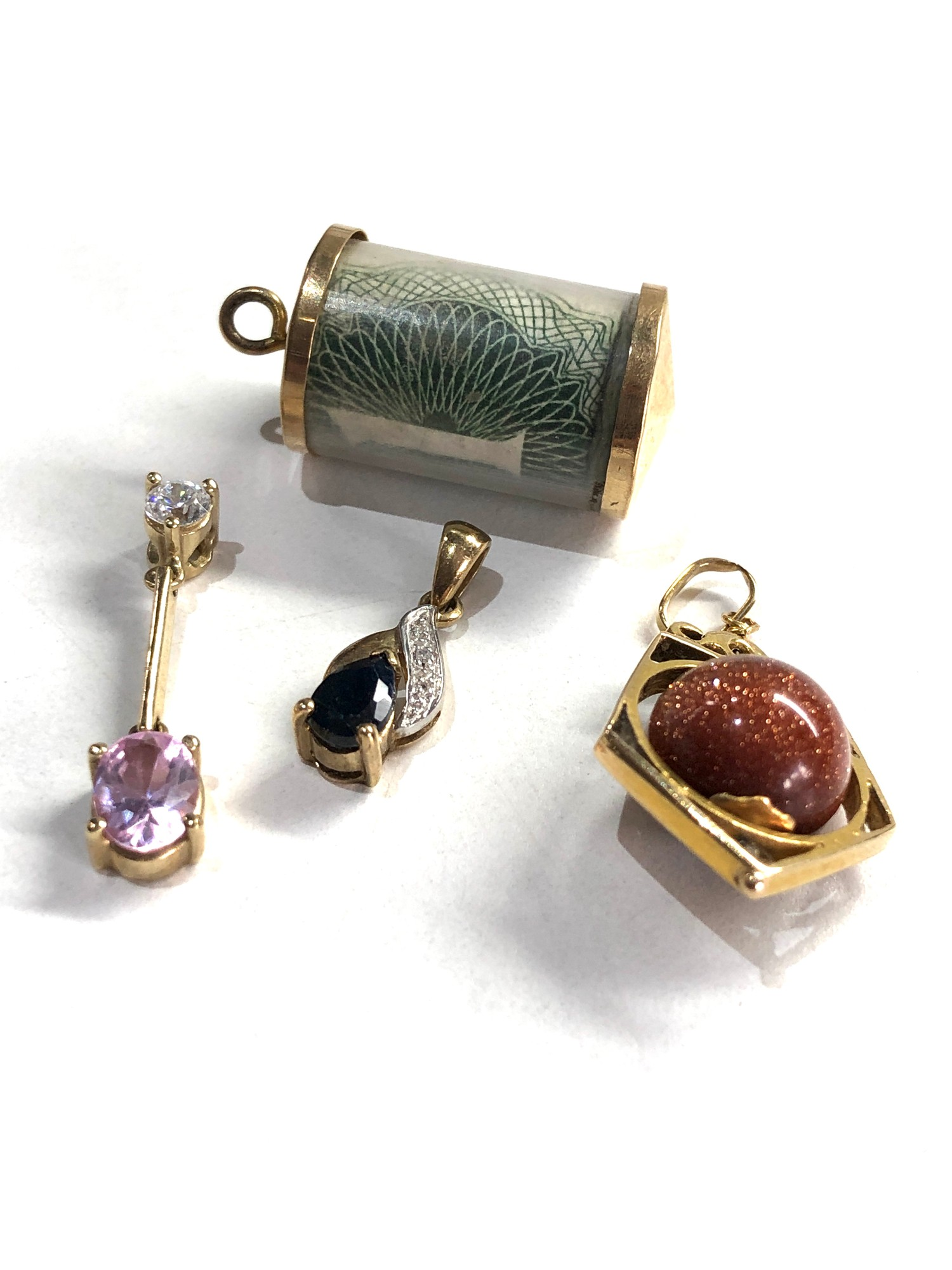 4 x 9ct gold pendants, goldstone charm and one pound note charm - Image 2 of 2