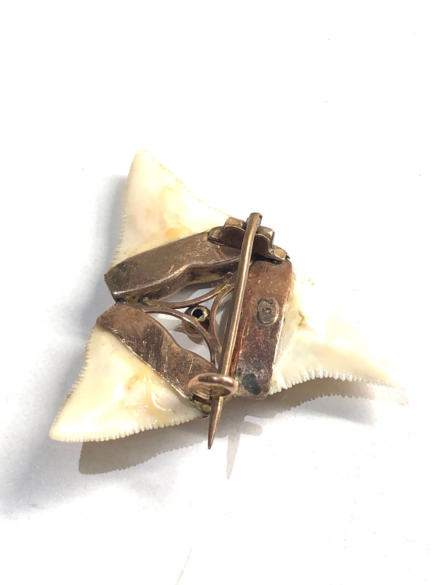 9ct Gold ornate detail shark tooth brooch - Image 3 of 3