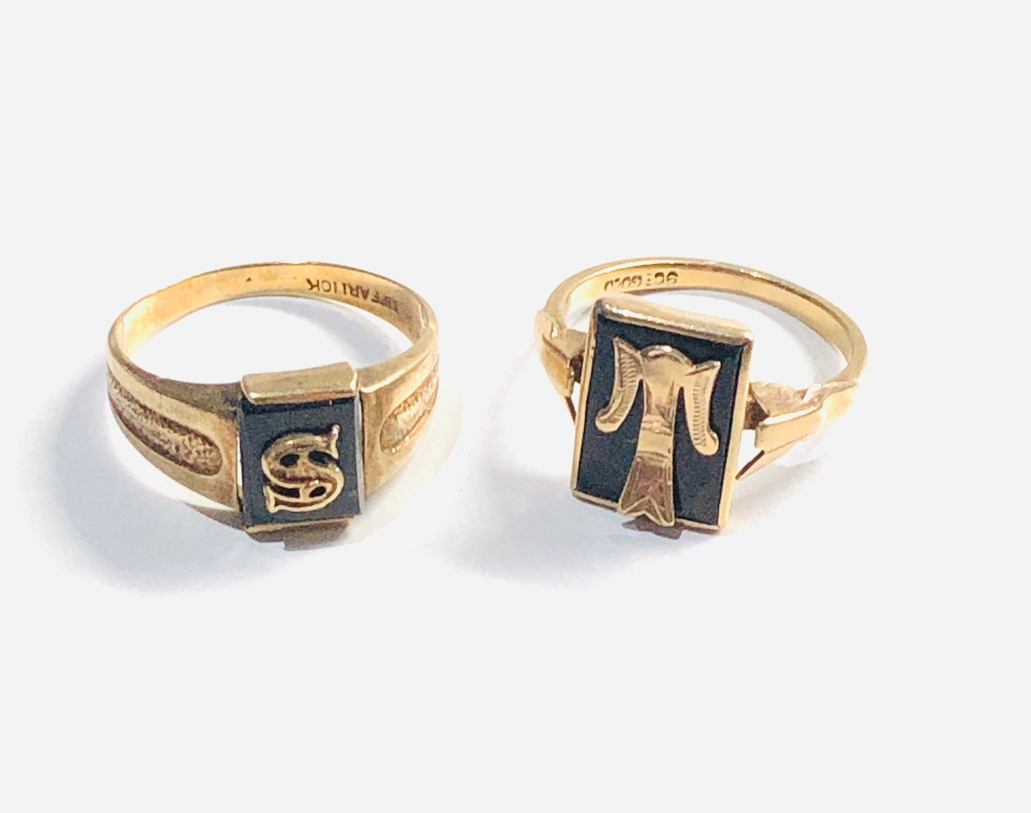 2 x 9ct vintage 9ct Gold initial signet rings 4.7g