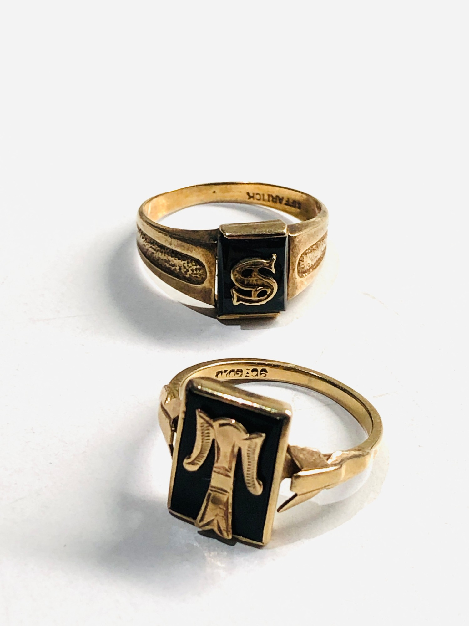 2 x 9ct vintage 9ct Gold initial signet rings 4.7g - Image 2 of 3