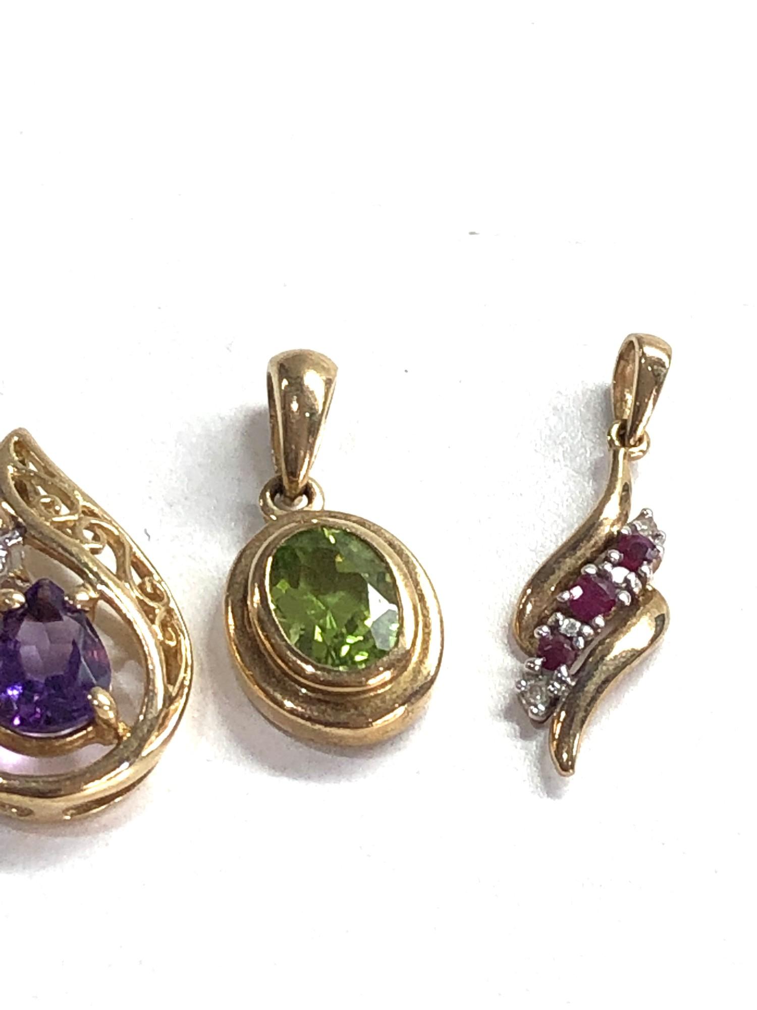 4 x 9ct gold gemstone pendants inc. peridot, amethyst - Image 3 of 3