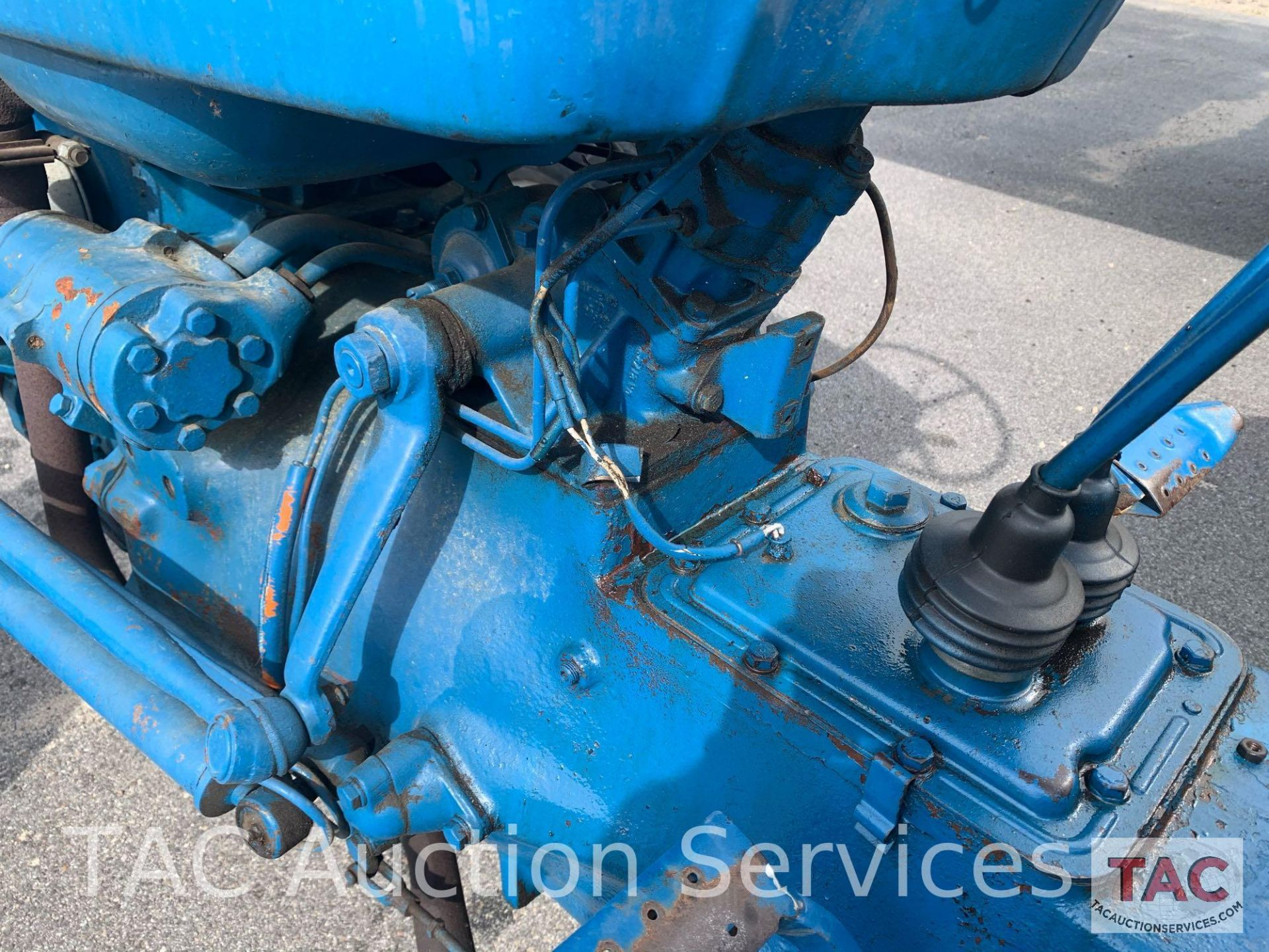 Ford 2000 Farm Tractor - Image 15 of 28