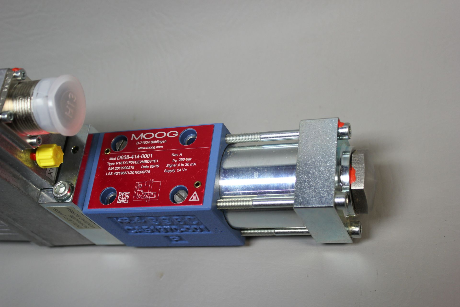 NEW MOOG DIRECT DRIVE DIGITAL CONTROL HYDRAULIC SERVO VALVE - Image 8 of 12
