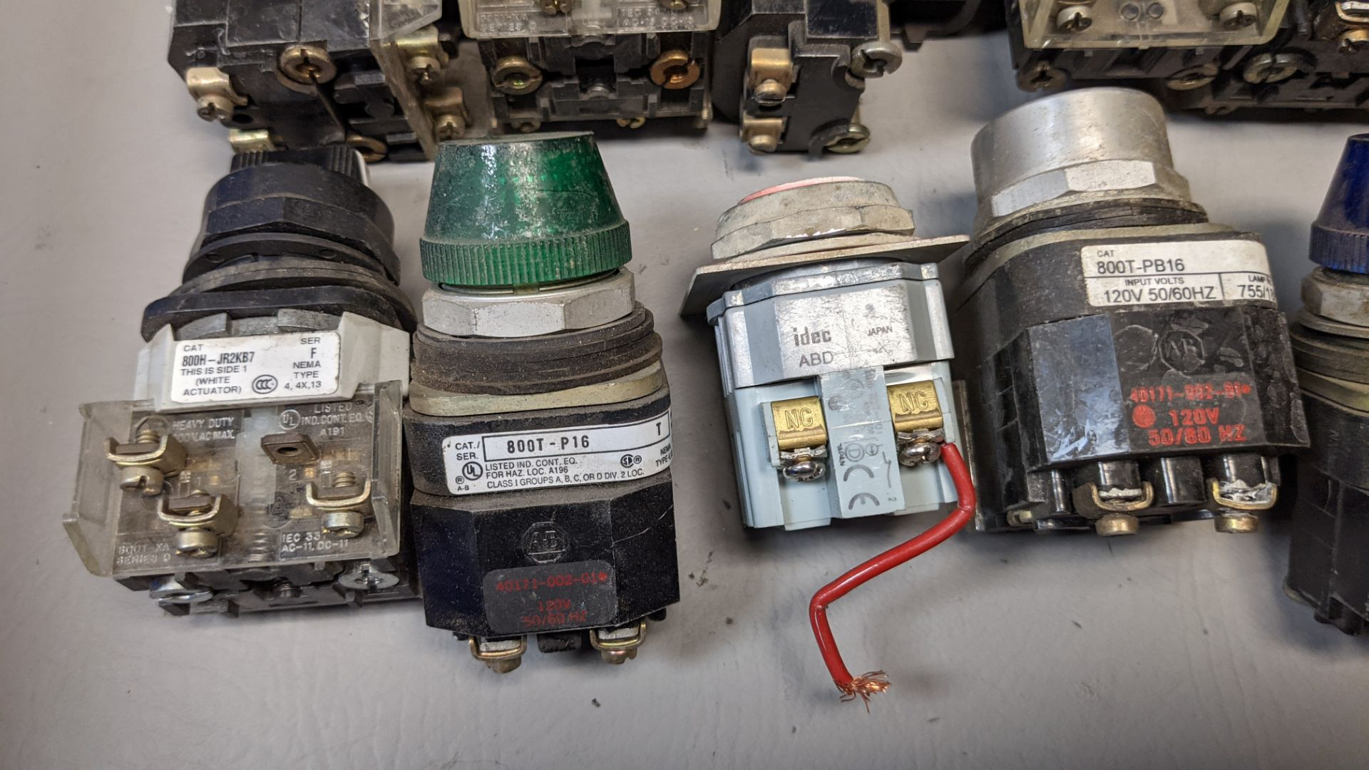 LOT OF PUSHBUTTONS, PILOT LIGHTS, SELECTOR SWITCHES - Image 3 of 7
