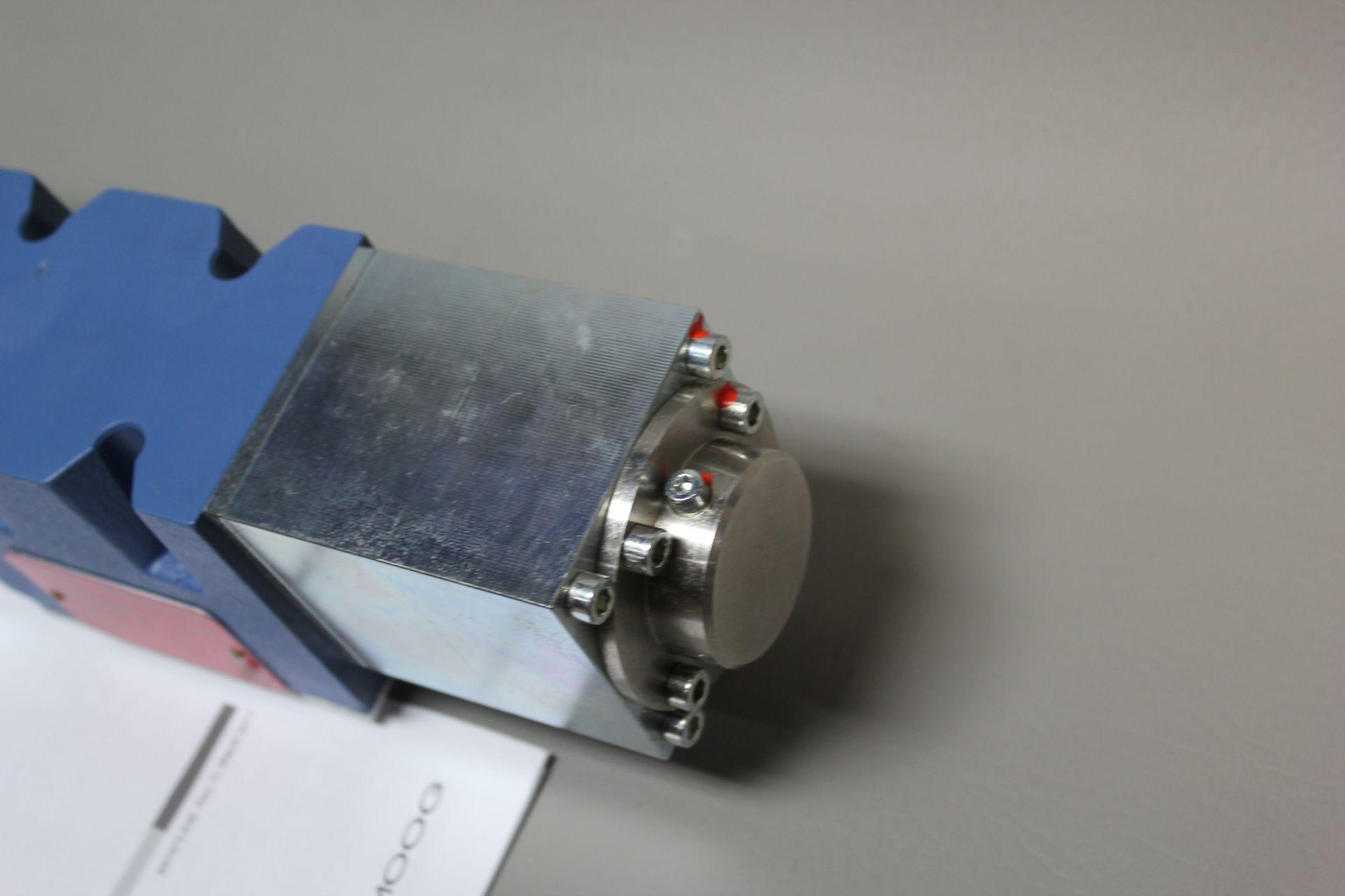 NEW MOOG DIRECT DRIVE DIGITAL CONTROL HYDRAULIC SERVO VALVE - Image 8 of 14