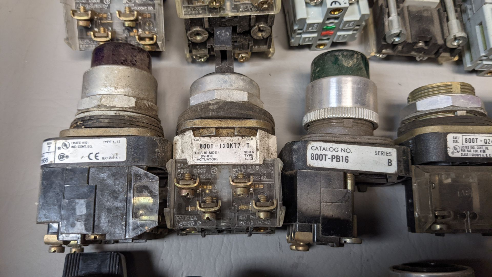 LOT OF PUSHBUTTONS, PILOT LIGHTS, SELECTOR SWITCHES - Image 4 of 7
