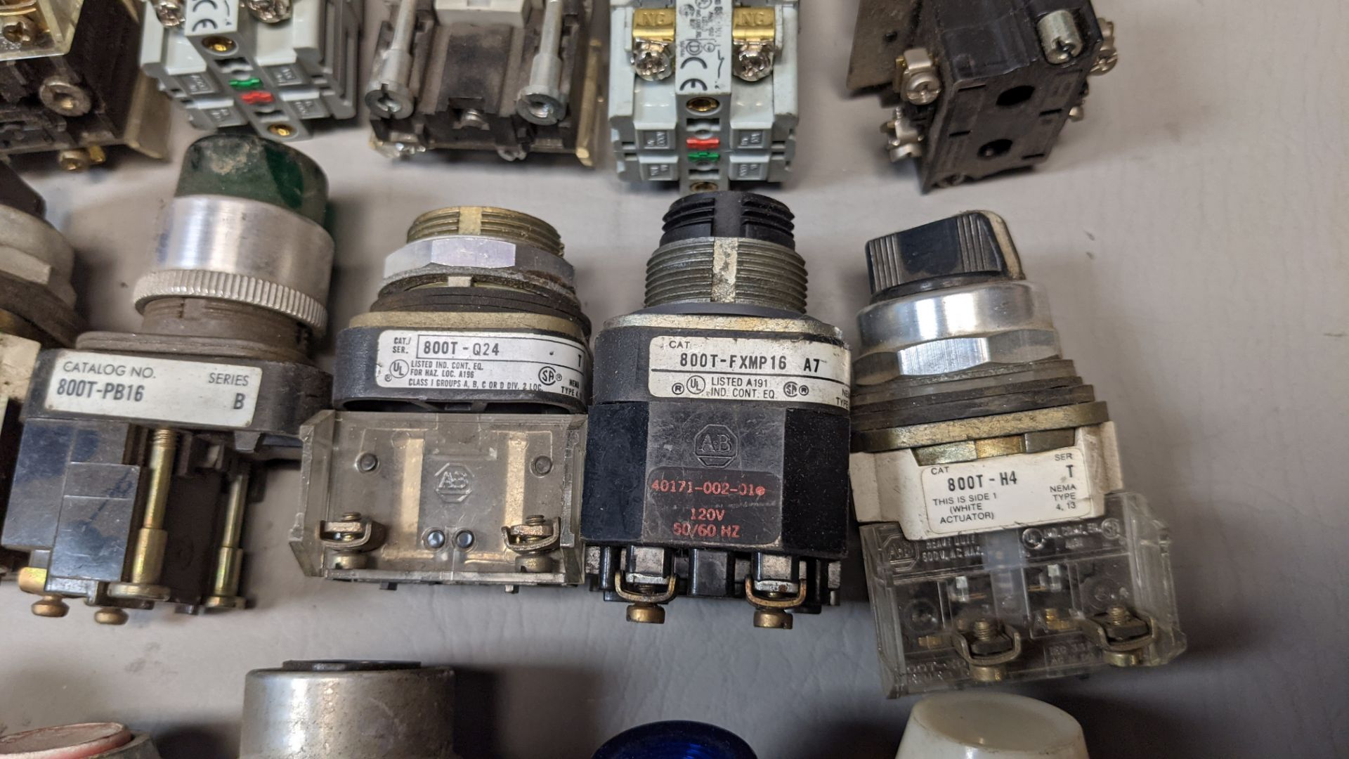 LOT OF PUSHBUTTONS, PILOT LIGHTS, SELECTOR SWITCHES - Image 5 of 7