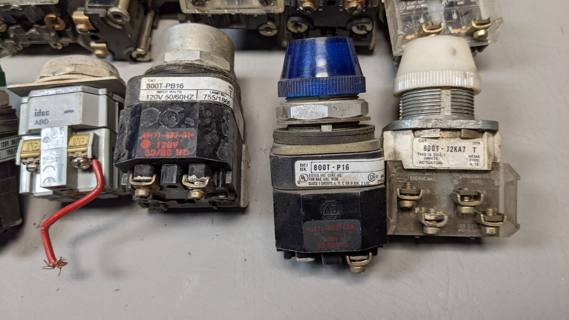 LOT OF PUSHBUTTONS, PILOT LIGHTS, SELECTOR SWITCHES - Image 2 of 7