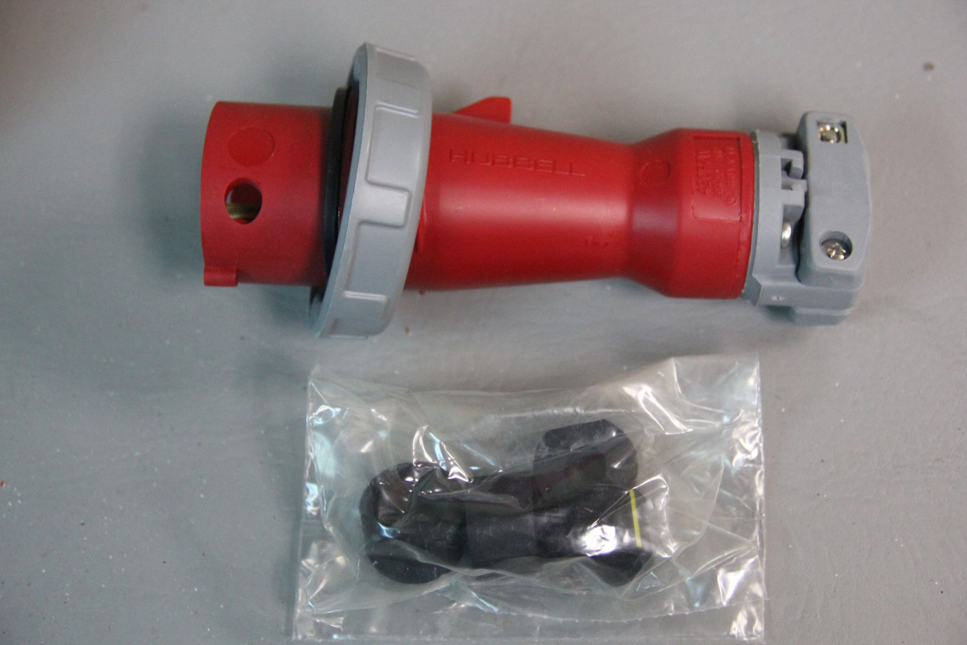 NEW HUBBELL PIN & SLEEVE WATERTIGHT ELECTRICAL PLUG - Image 2 of 4
