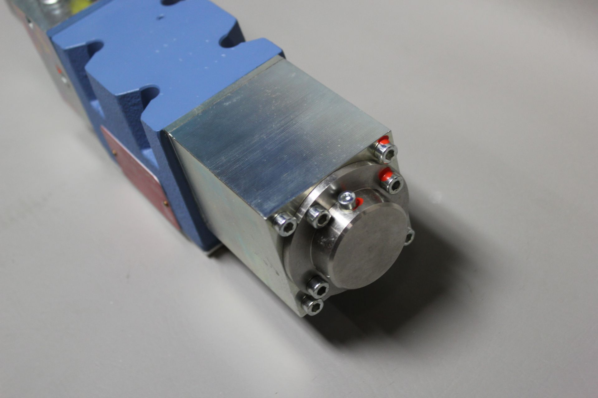 NEW MOOG DIRECT DRIVE DIGITAL CONTROL HYDRAULIC SERVO VALVE - Image 8 of 15