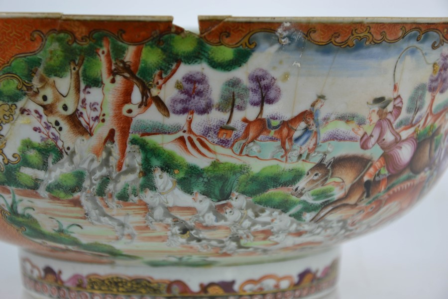 A late 18th / early 19th century Chinese bowl, the enamelled vistas depicting hunting scenes with - Image 5 of 5