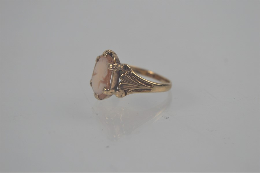A 9ct gold cameo ring, size p/o, 2.9g
