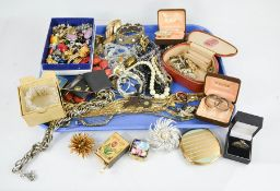 A group of jewellery, to include bracelet, vintage brooches, compact, coins, necklaces and other