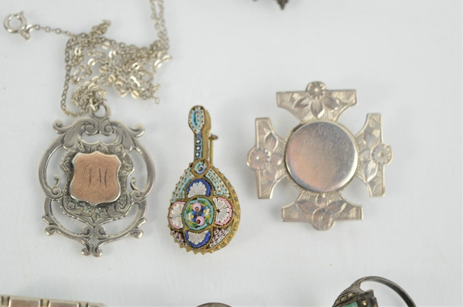 A group of Victorian and later jewellery to include a silver Victorian brooch, silver 1930s cocktail - Image 3 of 4