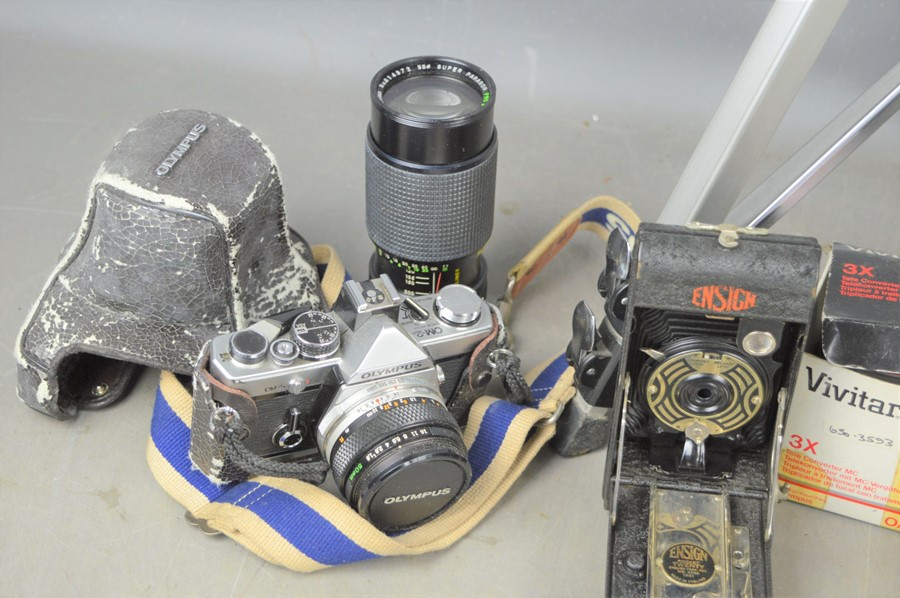 A group of vintage cameras to include an Ensign pocket twenty folding camera, Olympus OM-2 with zoom - Image 2 of 2