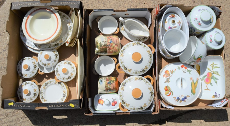 A quantity of Spode / Royal Worcester, Evesham Vale, and Royal Doulton.