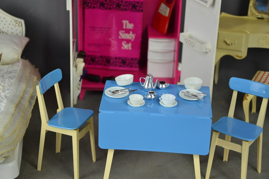 A group of vintage Sindy examples, to include wardrobe, bedside table and lamp (with original - Image 2 of 3