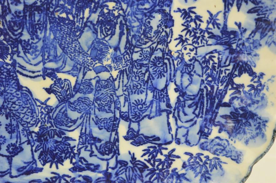 A 19th century Chinese blue and white charger with scalloped edge depicting figural scenes - Image 3 of 7