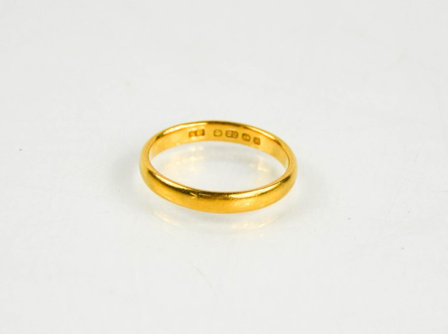 A 22ct gold wedding band, size O, 4g.