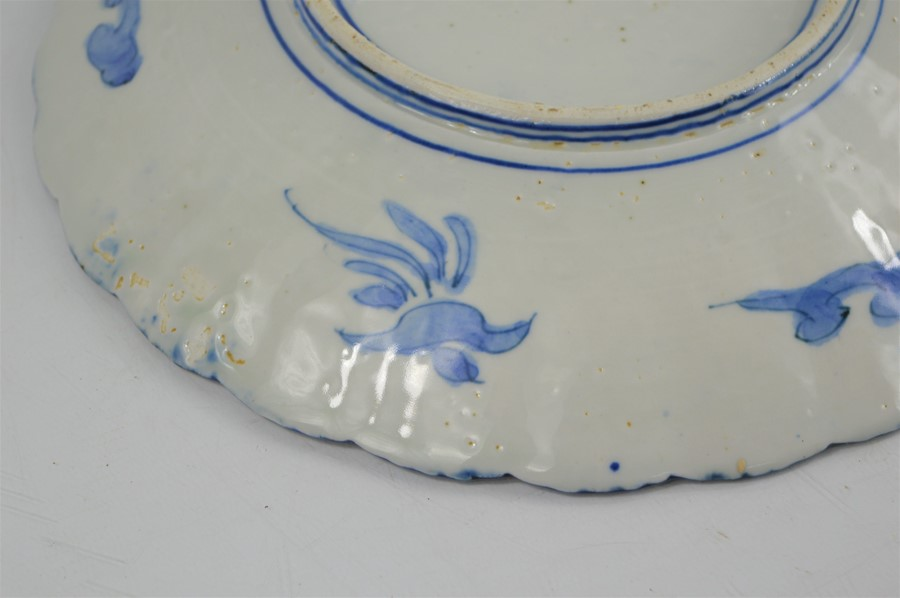 A 19th century Chinese blue and white charger with scalloped edge depicting figural scenes - Image 7 of 7