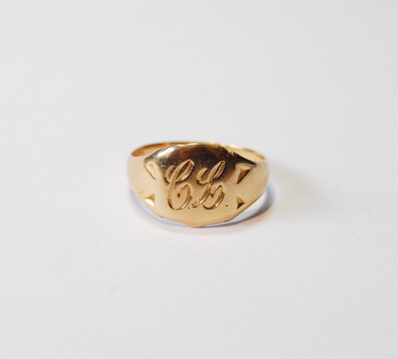 9ct gold signet ring, 6.9g, size V.
