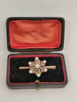 Gold brooch with pearls and eight cut diamonds in silver. 7g.