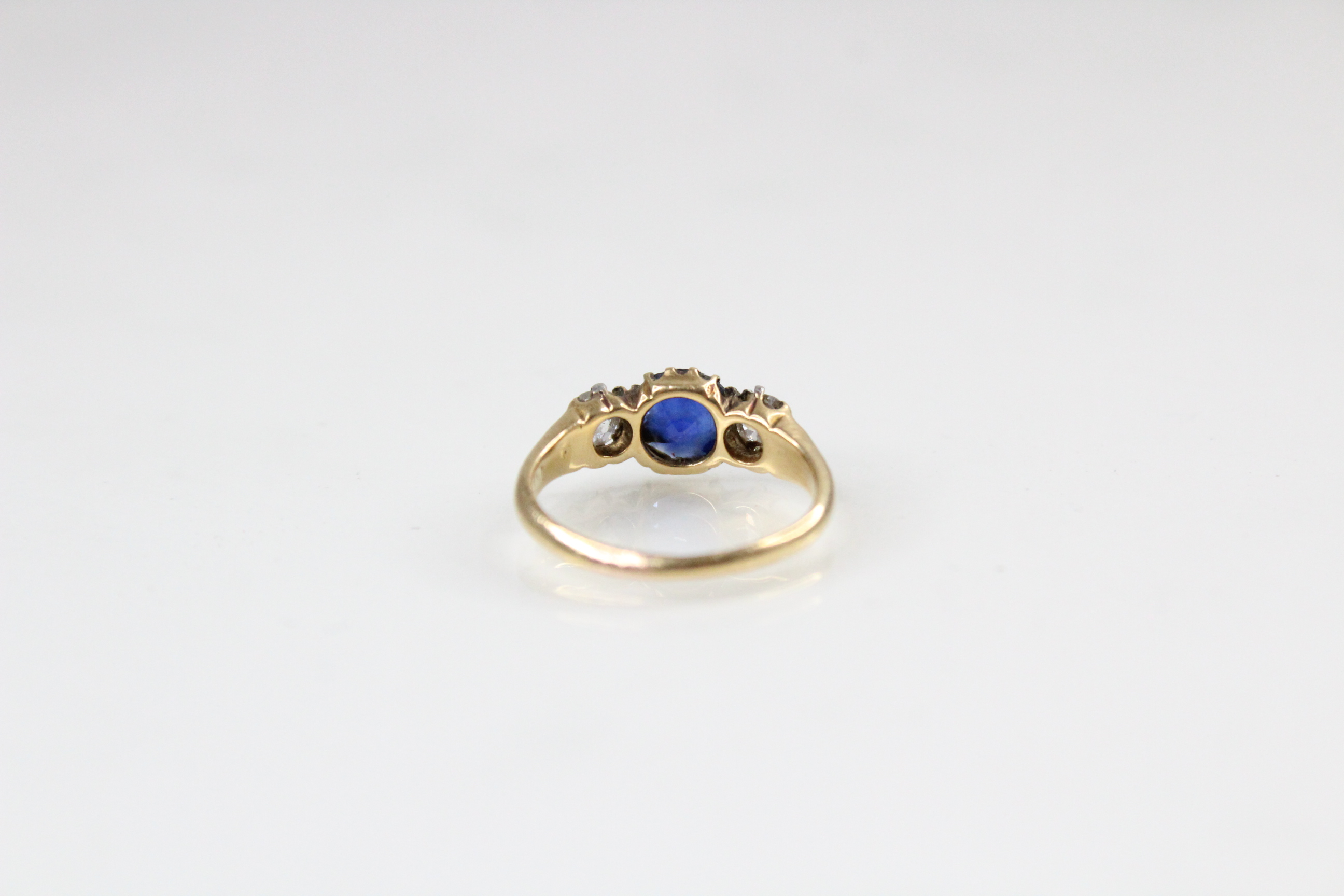 An Edwardian sapphire and diamond three stone ring, comprising a round mixed cut sapphire - Image 5 of 5