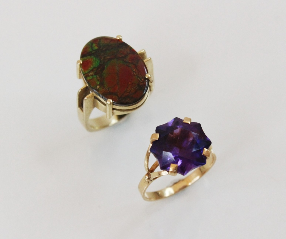 An ammolite triplet ring, the central oval ammolite panel (measuring 17mm x 12mm) - Image 6 of 6