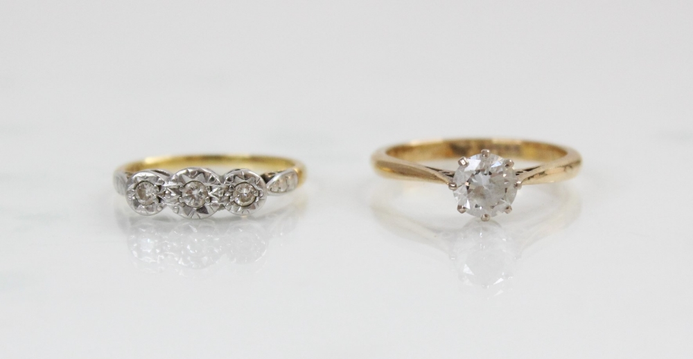 A diamond three-stone ring, comprising a central round brilliant cut diamond (weighing approximately - Image 2 of 3