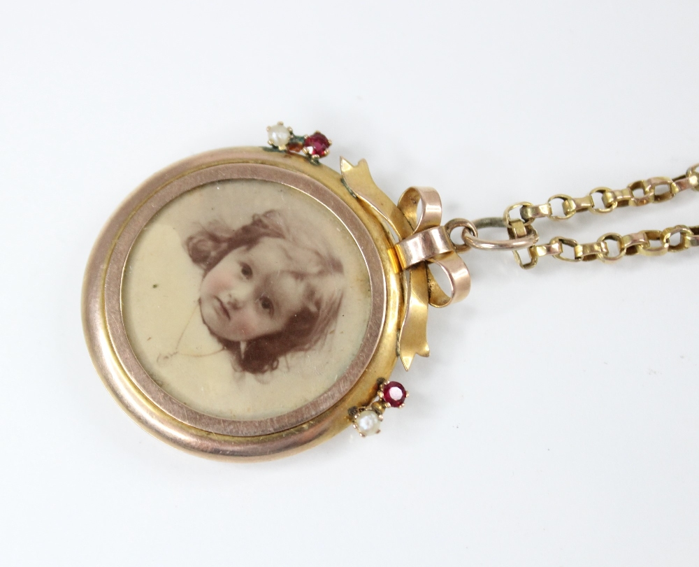 An Edwardian 9ct gold picture pendant, of circular form surmounted by a bow, set with small rubies - Image 2 of 4