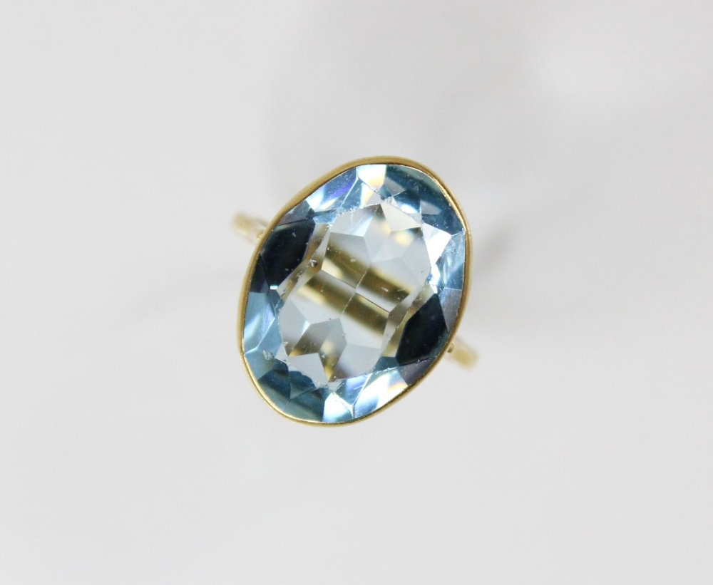 An 18ct gold paste set cocktail ring, the central oval mixed cut blue paste (measuring 20mm x 14mm), - Image 3 of 4