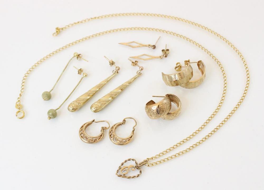 A 9ct gold belcher link chain, 53.5cm long, suspending a heart-shaped 'E' monogrammed 9ct gold