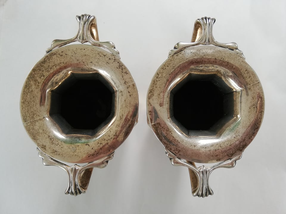 A pair of Edwardian silver twin-handled vases by Goldsmiths & Silversmiths Company, London 1909, - Image 5 of 11