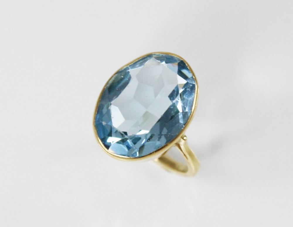 An 18ct gold paste set cocktail ring, the central oval mixed cut blue paste (measuring 20mm x 14mm), - Image 4 of 4