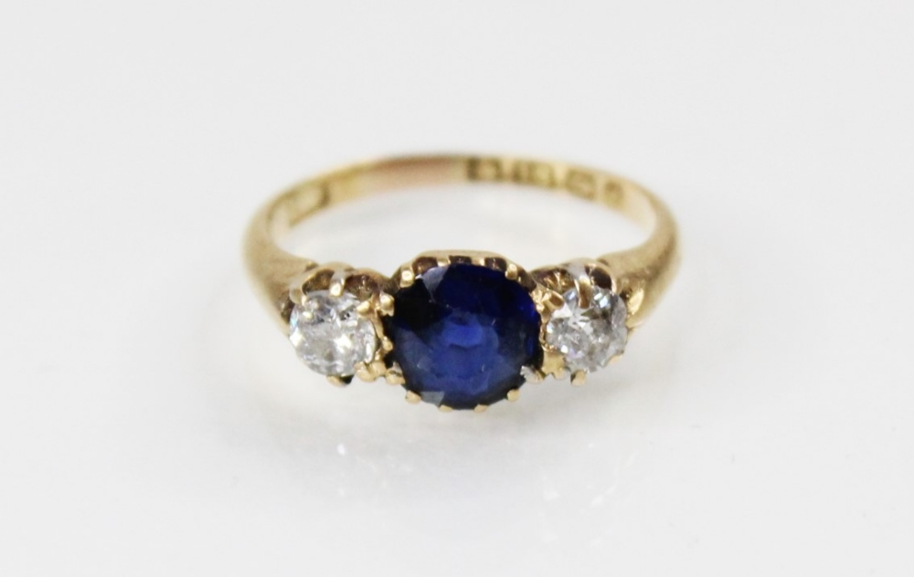 An Edwardian sapphire and diamond three stone ring, comprising a round mixed cut sapphire - Image 2 of 5
