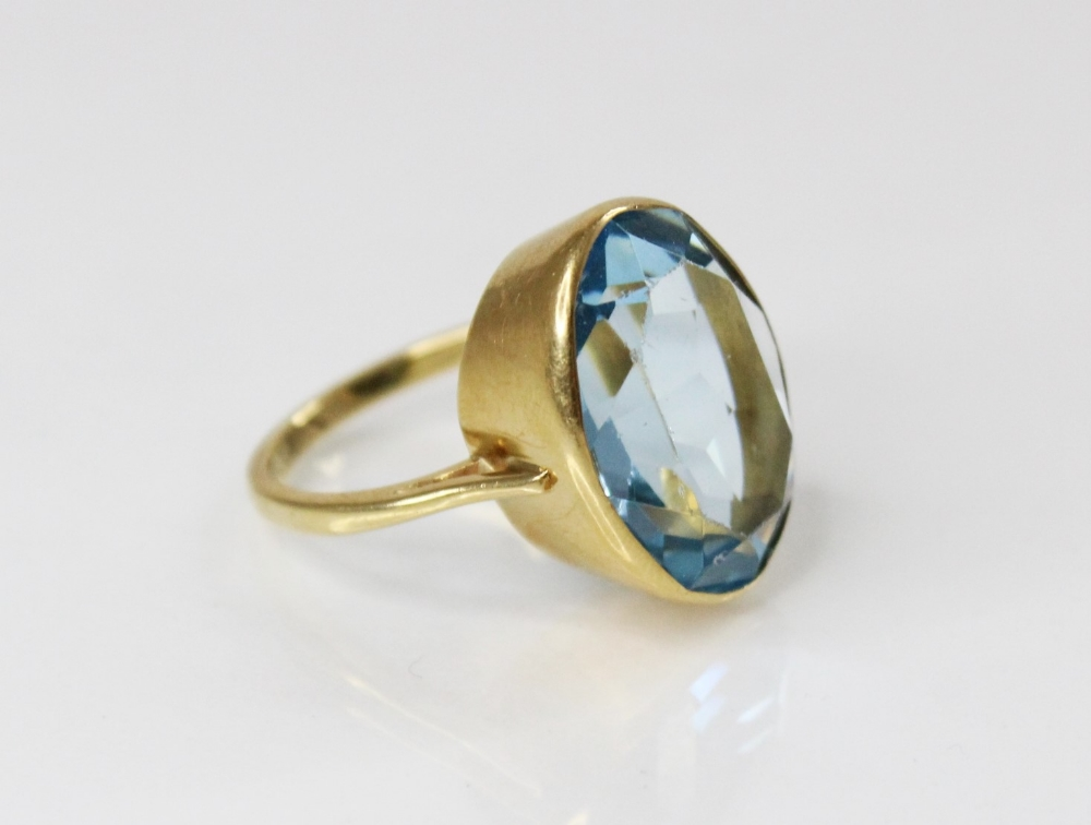 An 18ct gold paste set cocktail ring, the central oval mixed cut blue paste (measuring 20mm x 14mm), - Image 2 of 4