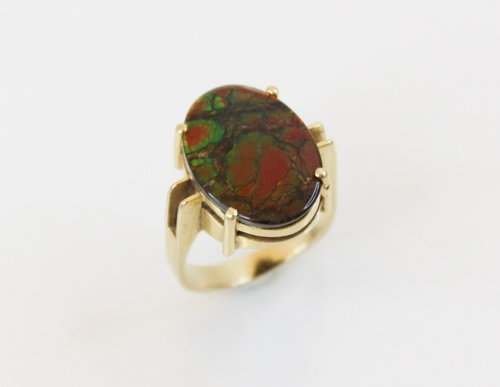 An ammolite triplet ring, the central oval ammolite panel (measuring 17mm x 12mm) - Image 5 of 6